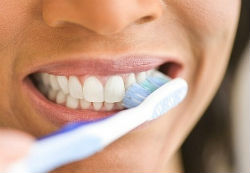 Como para branquear os dentes em casa