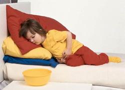 A criança tem uma dor de estômago