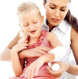 It is necessary to impose a dry gauze bandage