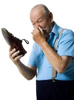 조심스럽게 스포츠 신발의 사용에 대한 지침을 연구한다. 이 냄새를 제거하는 세척 할 수있는 경우, 한 달에 한 번 이상 그것을 할.