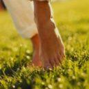 pés apoiados em adultos