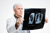 Os sintomas de pneumonia em adultos e crianças