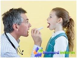 طفل مريض في مكتب الاستقبال في الطبيب