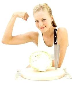 Главна салата јапанске исхране: Прережите прелепе дуге траке. Сирови или благо кувани бели или пекинг купус, додајте мало маслине или сезам уље у посуду са салатом, помешајте