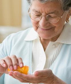 С възрастта способността на организма да асимилира витамини намалява, освен това тялото на възрастните хора най-често е отслабено от различни заболявания и прием на лекарства, поради което те често се нуждаят от допълнителен прием на мултивитамини