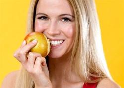 Много по-здравословно е да изядете цял морков или ябълка, отколкото същите предварително изтрити дарове на природата. Суровите храни естествено почистват зъбите ви, което им позволява да останат здрави по-дълго.